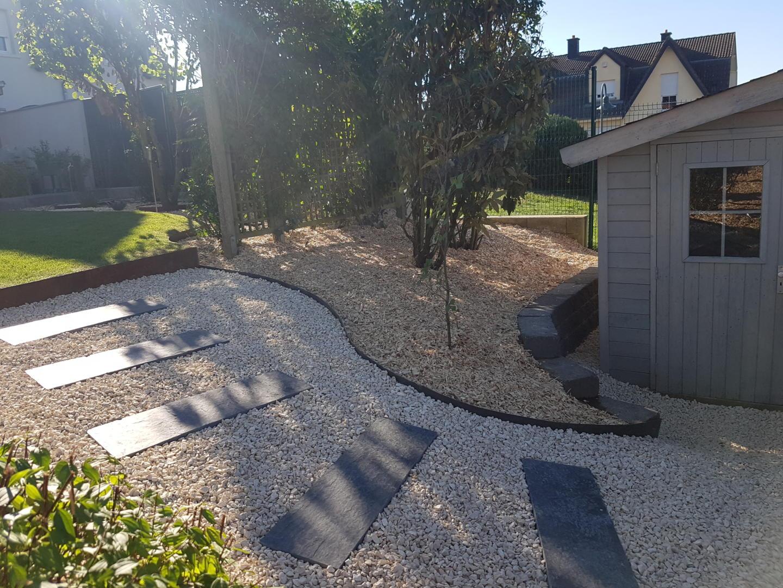 très belle jardin moderne avec graviers, bordures en corten et chemin de jardin en plaques, ensoleillé