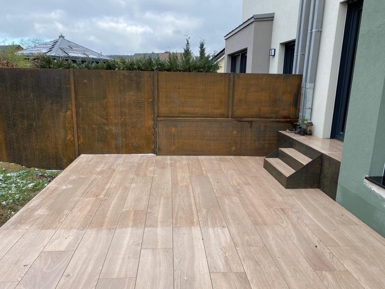 Terrasse carrelage, imitation bois avec clôture et bordure en acier